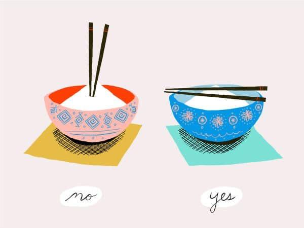 Защо не трябва да забиваме клечките в ориза?