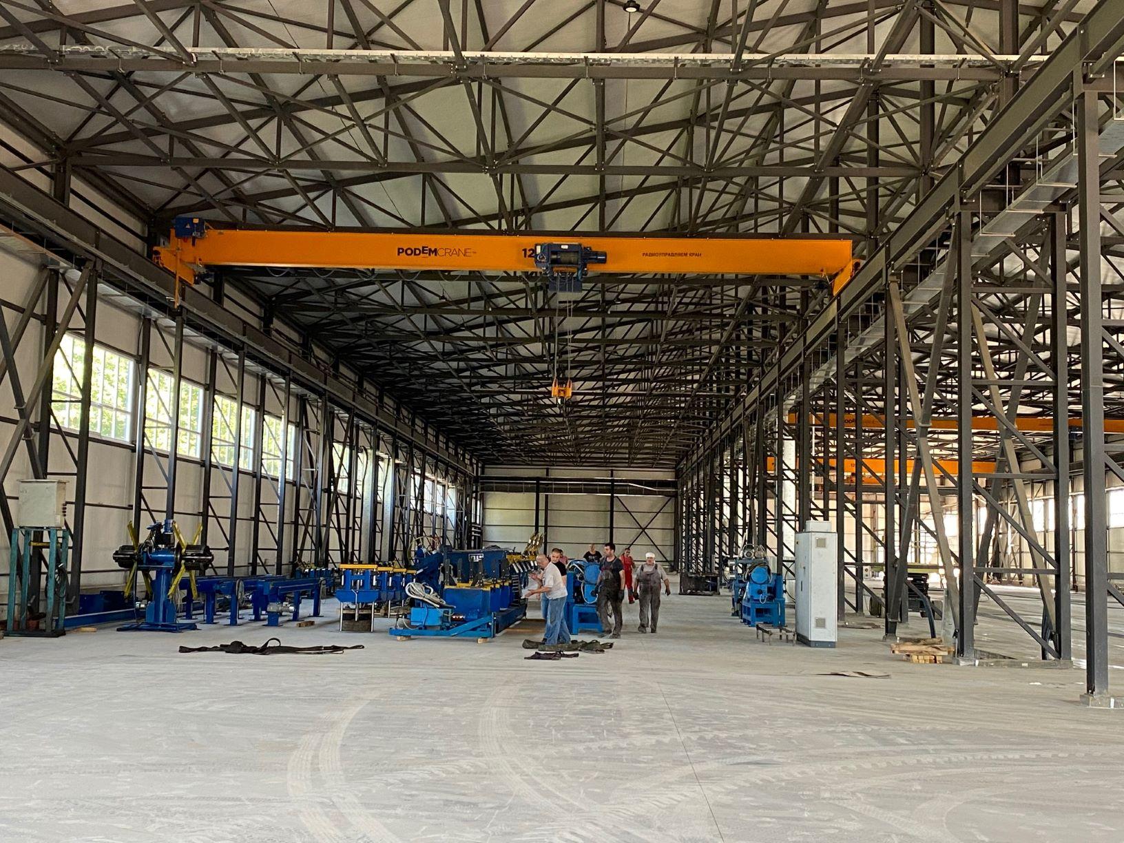 Der Bau der neuen Fabrik ist abgeschlossen. Wir haben die erste Produktionslinie verlegt.